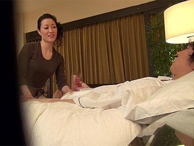 若い客に当たると嬉しそうに特別サービスを始める欲求不満な熟女出張マッサージ師